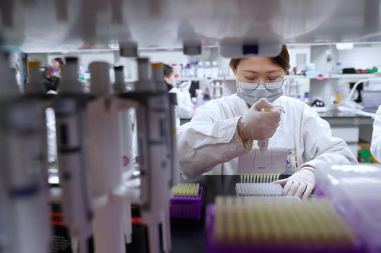 """▲图为科研人员正在对""""GV-971""""样本进行实验分析。袁婧摄"""