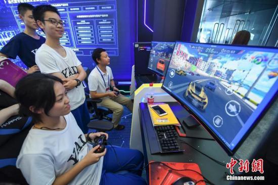 资料图:民众体验电子游戏。 中新社记者 杨华峰 摄
