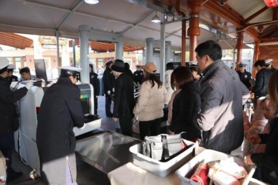 上海迪士尼优化安检流程新增2台X光机 未来会设置更多