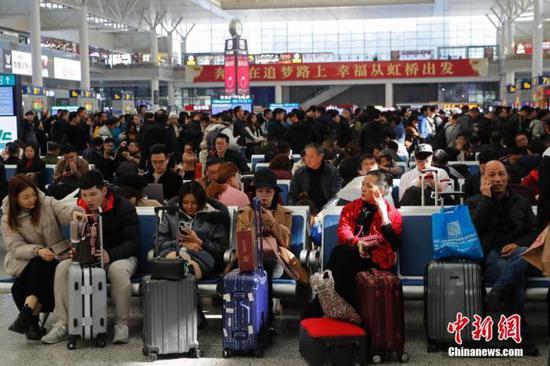 资料图:旅客在铁路上海虹桥站候车。殷立勤 摄