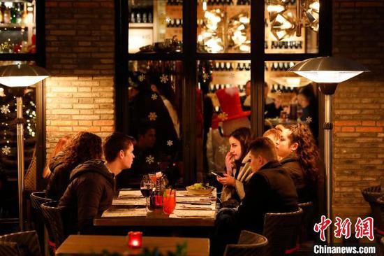 游客享受上海夜生活。 殷立勤 摄