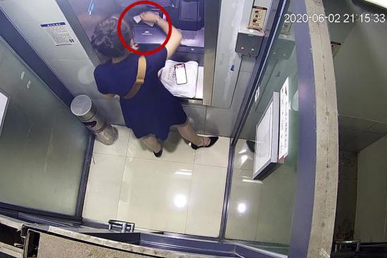 女子ATM机存入现金忘点确认 嫌疑人按下取消后将钱拿走