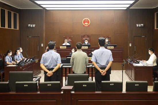 工行上海分行原行长顾国明案开审:被控受贿1.36亿余元