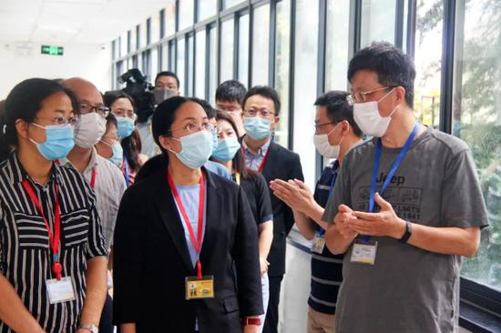 """中心组专家向考生家长代表介绍评卷流程 本文图片均为""""上海教育""""公众号 图"""
