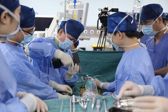 近日上海市第一人民医院骨科团队,完成上海首例MAZOR机器人辅助下脊柱肿瘤切除术。 医院供图
