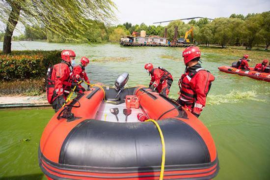 消防员在巢湖打捞蓝藻。 受访者供图
