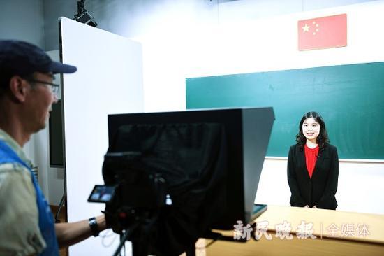 图说:8月31日,在徐汇区教育学院的摄影棚中,新学期在线教育语文课的现场录制 新民晚报记者 孙中钦 摄