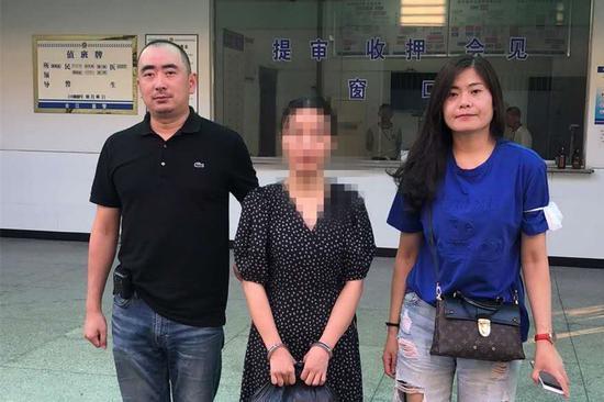 在逃两年犯罪嫌疑人曾女士被抓捕归案。浦东警方供图