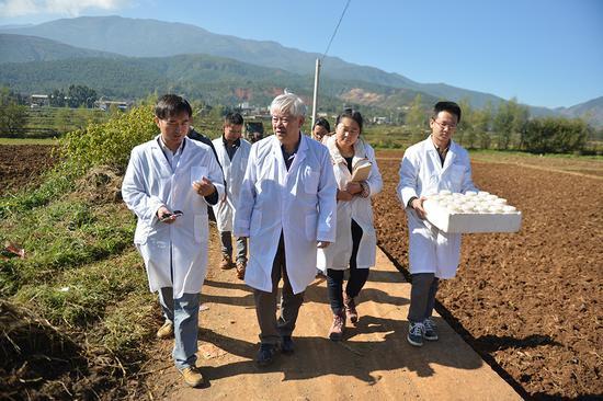 孔海南(前排左二)