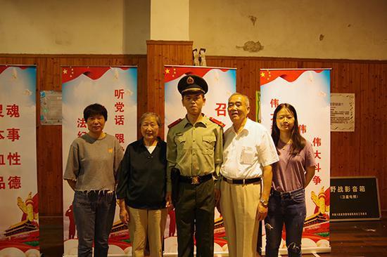 国庆节奶奶偷偷探望南京东路执勤孙子 已有一年多未见