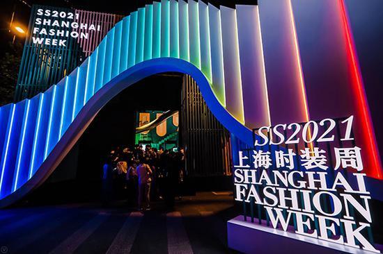 上海时装周今晚在新天地太平湖点亮灯光、重启时尚。上海时装周供图