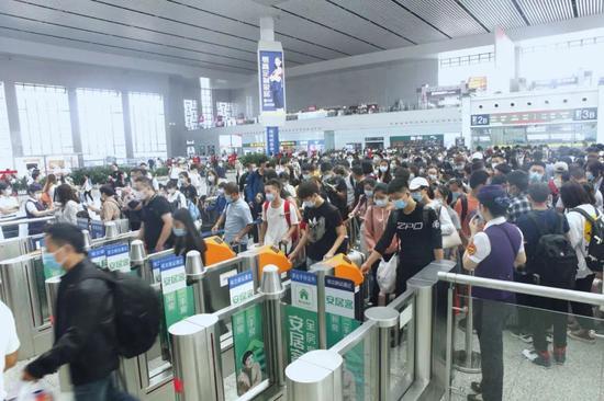长三角铁路小长假发送旅客破2600万人次 恢复至去年9成