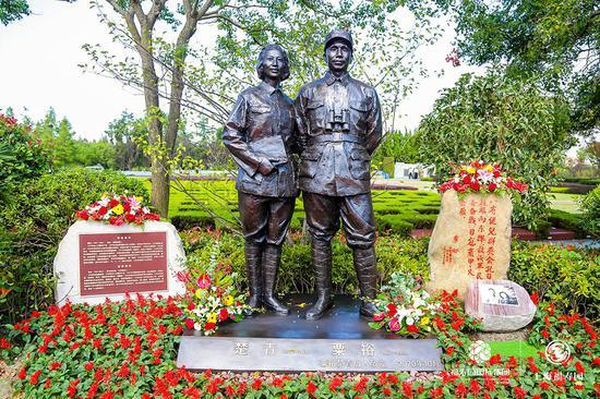 粟裕夫妇纪念像在福寿园落成 长子捐父亲戴过的手表眼镜