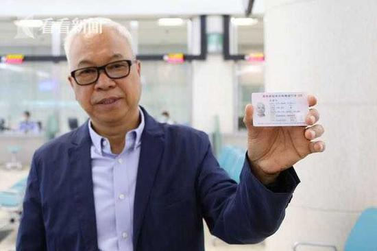 上海发出首本内地直接受理签发的港澳居民回乡证