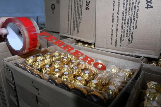 团伙买真费列罗装入假礼盒在平台售卖 涉案1300余万元