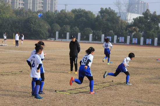 上海發布青少年校園足球發展藍皮書:踢球的孩子多了
