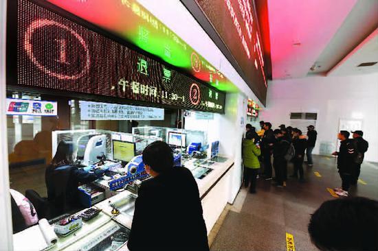 铁路上海站已办理旅客退票1.1万张 部分人留在上海过年