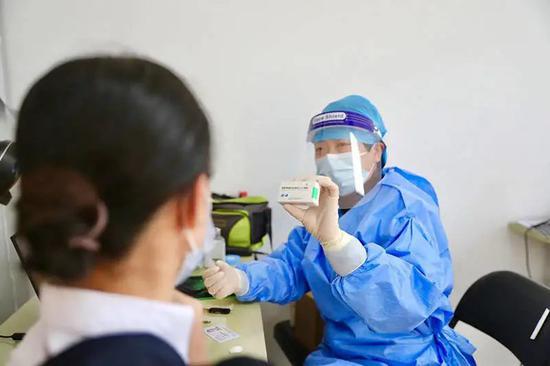 上海空港8万人正陆续接种新冠疫苗。