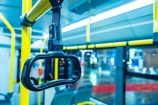 坐公交车遇急刹摔倒非个案 乘客:上车人没站稳车就起步