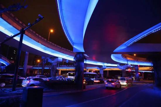 申城部分高架、立交、越江大桥景观灯开启假日模式