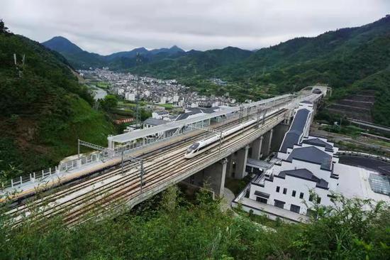 高铁动车组列车从杭黄高铁三阳站飞驰而过。陆应果 摄