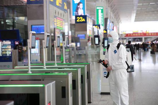 华铁旅服工作人员在上海虹桥站对候车大厅进行常规消毒。赵金爱 摄