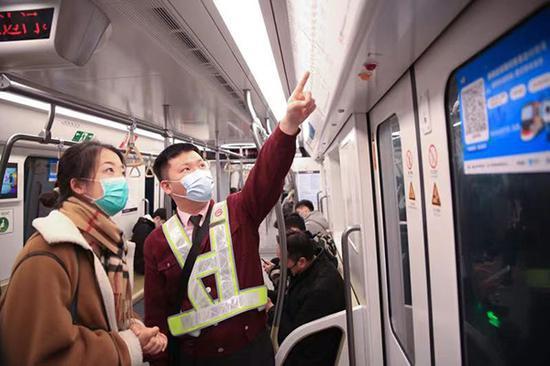 俞璡栋为问询乘客解答问题。