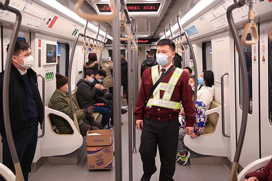 多职能列控员俞璡栋在15号线车厢内巡视。 本文图均为 王雨青 图