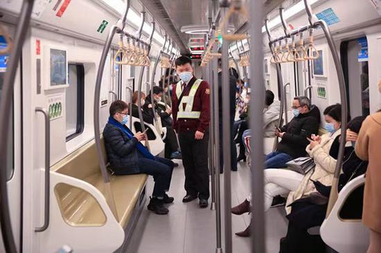 多职能列控员俞璡栋在15号线车厢内巡视。