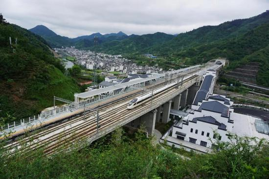 ▲高铁动车组列车从杭黄高铁三阳站飞驰而过(陆应果 摄)