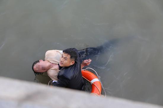 陈留强水下托举女子。 本文图片均为上海武警 供图