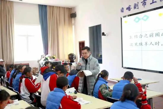 王德伟给西藏孩子上课
