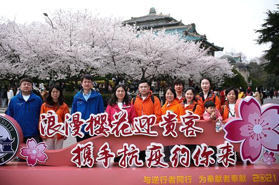 3月13日上午,來自上海第六人民醫院的援鄂醫療隊領隊范小紅帶領隊員趕赴武漢大學賞櫻。 本文圖片均為受訪者提供