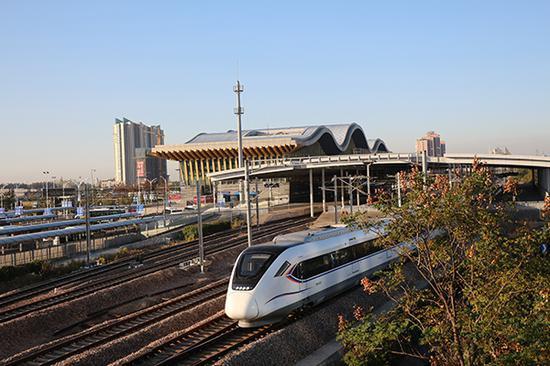 動車組列車從金山衛站啟程。錢浩 圖