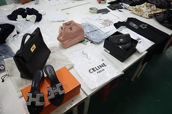 民警在现场查获的部分假冒知名品牌商品。本文图片均为 普陀公安 图