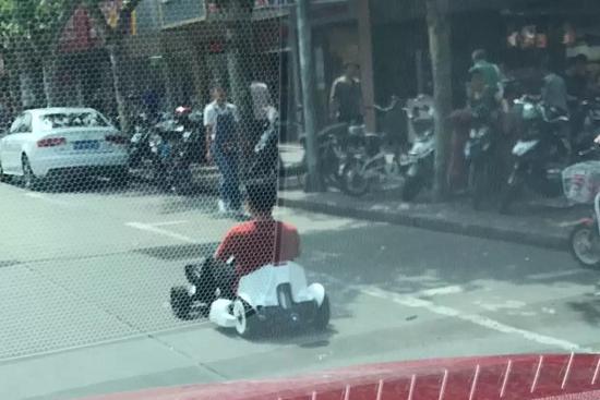 """图说:男子笃定地坐着""""卡丁车"""" 网友供图"""