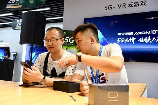 图说:国内首款5G手机开售 采访对象供图
