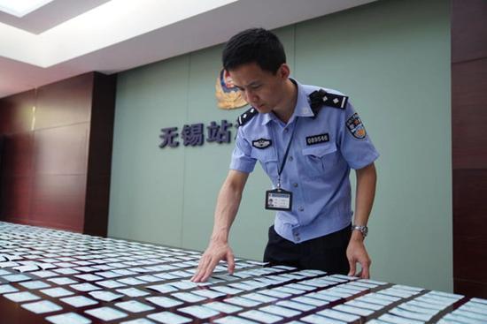 图说:上海铁路警方每天要甄别大量的车票。刘少杰 摄