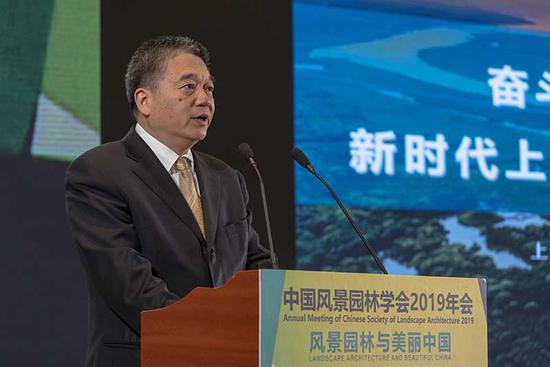 在10月19日举行的中国风景园林学会2019年会上,上海市绿化和市容管理局局长邓建平作主旨报告。上海市绿化和市容管理局 供图