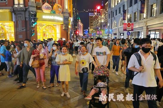 图说:旅游节期间的南京东路 新民晚报记者 周馨 摄