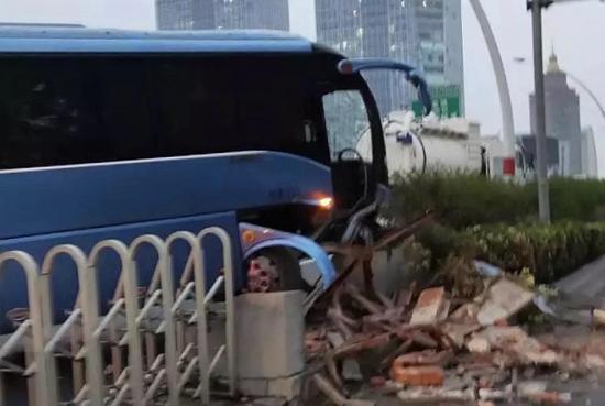 中环一大巴撞水泥护墙车门掉落 事故后方拥堵超5公里