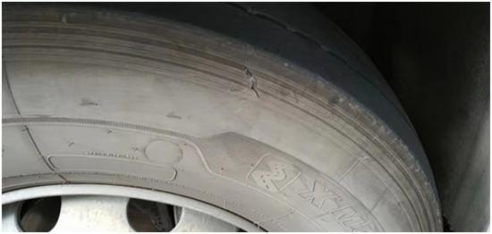 图说:民警发现沪BR**5的车辆轮胎有严重裂痕。