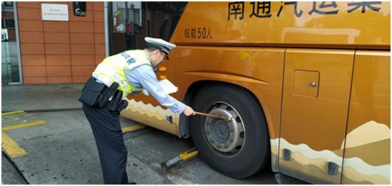图说:徐汇交警在检查车辆轮胎。徐汇交警供图(下同)