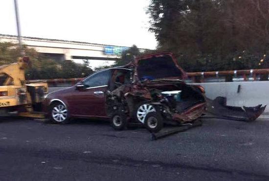 罗山高架土方车追尾轿车 涉事轿车车尾严重受损1死1伤