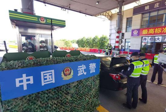 两地民警对车辆进行分类安检 警方供图