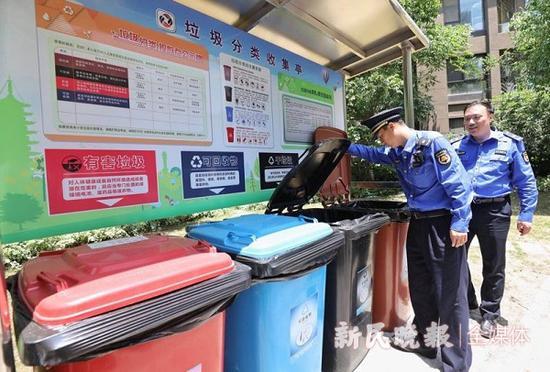 图说:居民小区没有在垃圾箱房设置四分类桶,被责令改正 新民晚报记者 周馨 摄(下同)