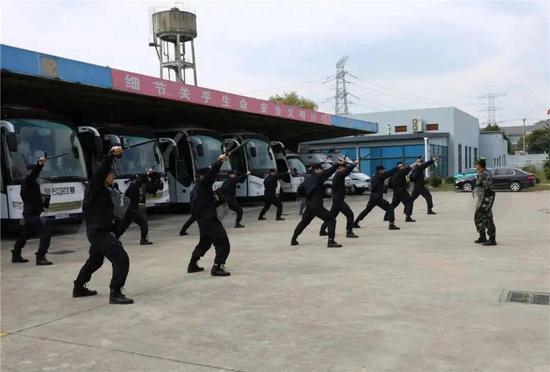 警棍盾牌实训。
