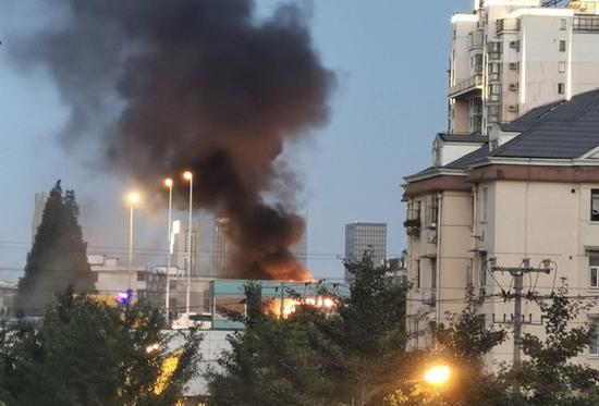 逸仙高架发生单车起火事故 消防迅速扑救无人员伤亡