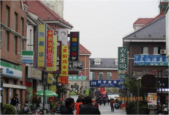 """曾经的三湘风情街,被两侧高耸的招牌压得""""透不过气"""""""
