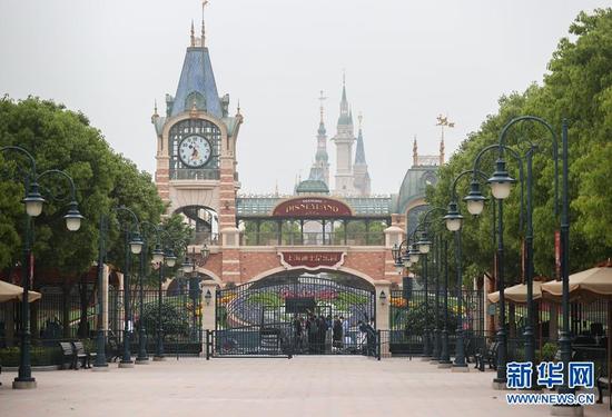 这是5月10日拍摄的上海迪士尼乐园入口。 新华社记者丁汀摄